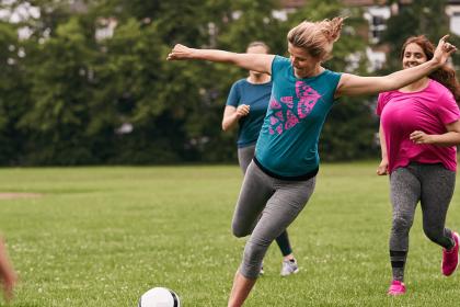 被绑女子准备踢足球