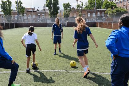 志愿者足球教练运行钻