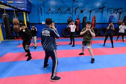 一群年轻拳击手准备在江边拳击学院里面。