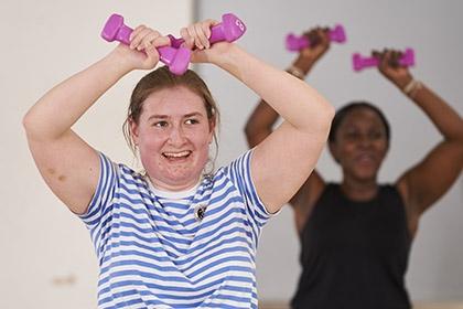 两个妇女在健身房锻炼