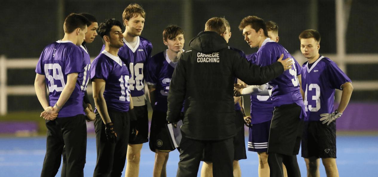 教练与踢球运动员谈话