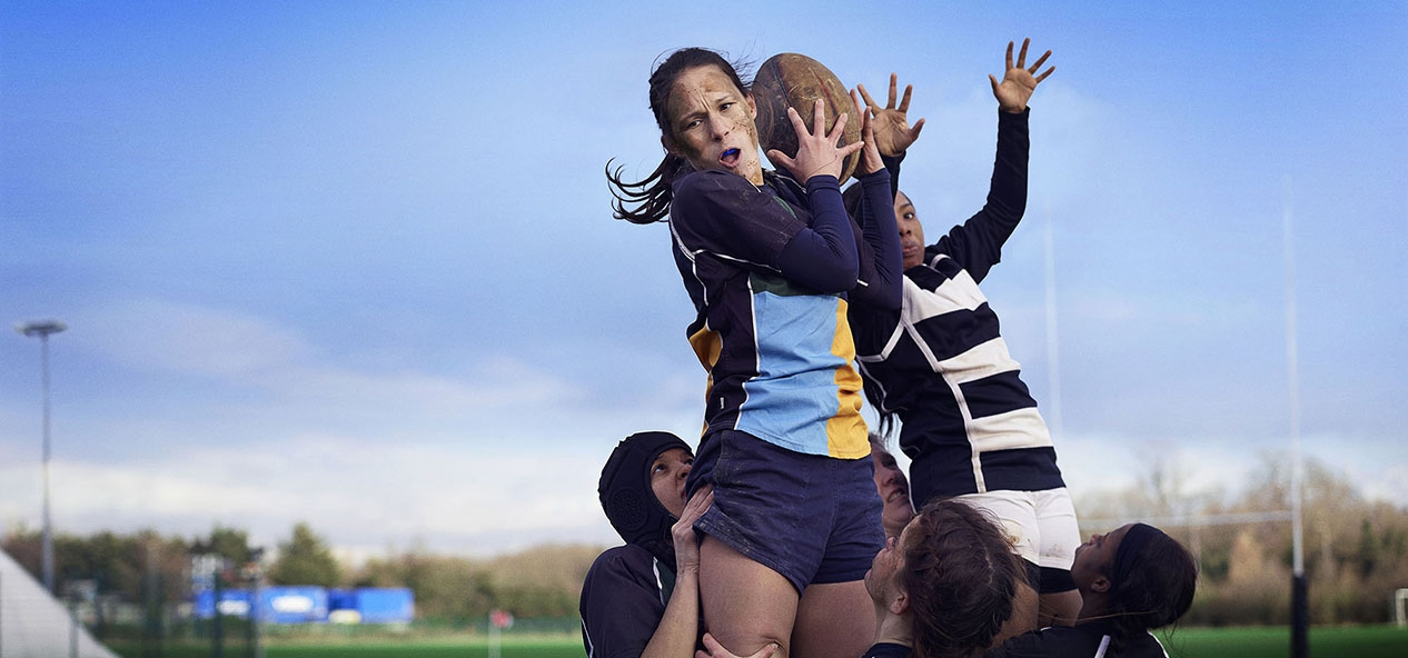 A lineout in a women's rugby match