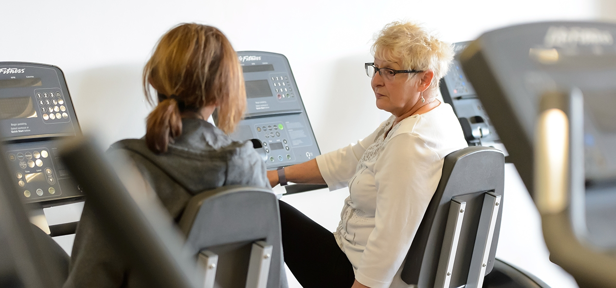 两个女人在健身房