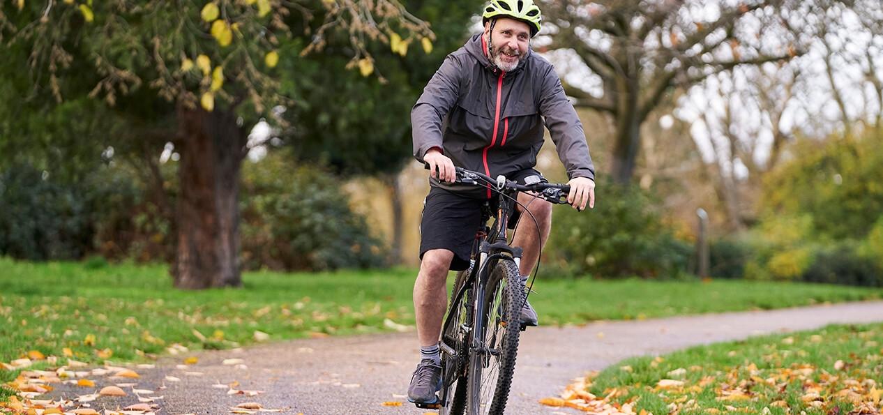一个骑自行车穿过公园的人。